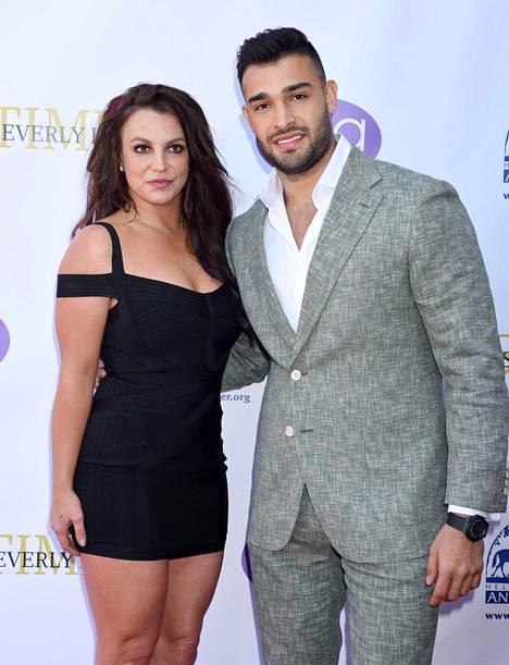 Britney Spears miesystävänsä Sam Asgharin kanssa vuonna 2019.