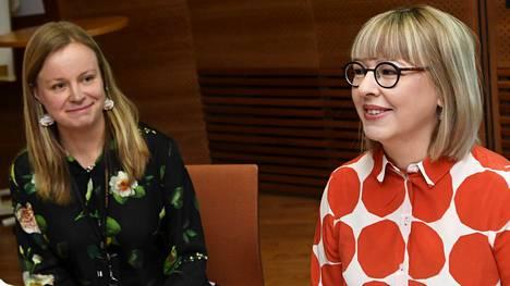 Perhevapaauudistustyöryhmän puheenjohtaja Liisa Siika-aho ja sosiaali- ja terveysministeri Aino-Kaisa Pekonen esittelivät viime viikolla hallituksen perhevapaauudistusta.