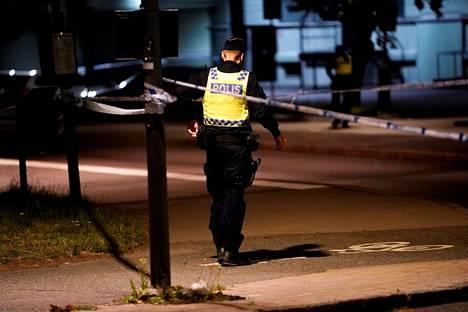 Poliisi kävelemässä ampumispaikalla torstaina.