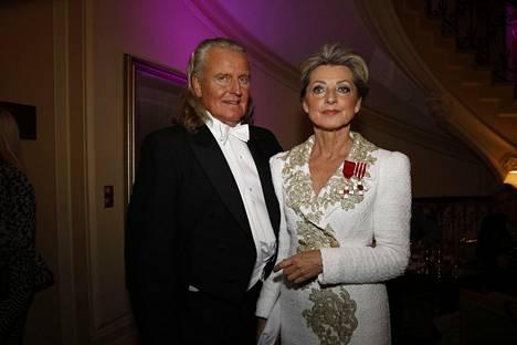 Kike Elomaa juhli itsenäisyyttä Linnan juhlien jatkoilla puolisonsa Kimmo Elomaan kanssa.