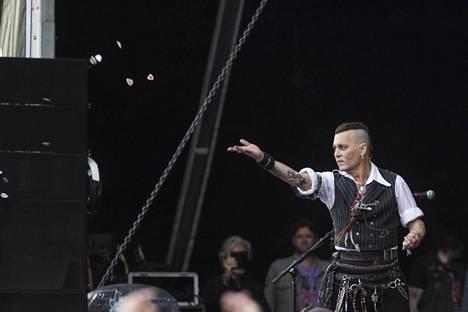 Johnny Depp otti kontaktia yleisöön konsertin aikana.