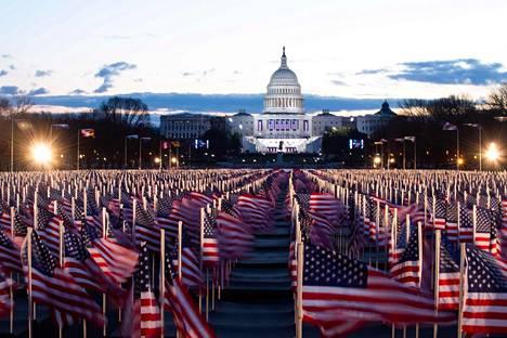 Varhain keskiviikkoaamuna Yhdysvaltain liput liehuivat kongressitalon edustalla odottamassa historiallista päivää.