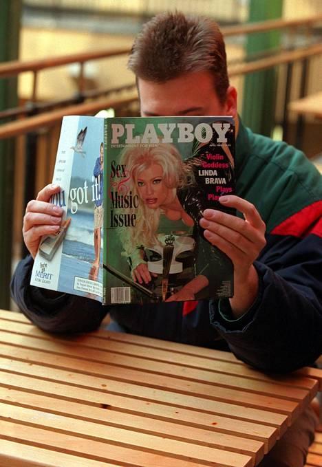 Linda Lampeniuksen tähdittämää Playboyn musiikkinumeroa tutkittiin innolla Pornaisten Essolla keväällä 1998.