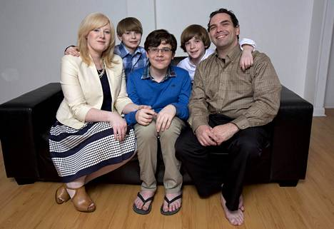 """Barnettin perhe nousi julkisuuteen aiemmin Yhdysvalloissa """"lapsinerona"""" pidetyn Jake-poikansa (kesk.) vuoksi. Perhe kuvattiin Lontoossa keväällä 2012, jolloin 14-vuotias Jake oli ollut jo kolme vuotta kirjoilla Indianan yliopistossa. Nataliasta ei tuolloin kerrottu perhettä koskevissa jutuissa."""