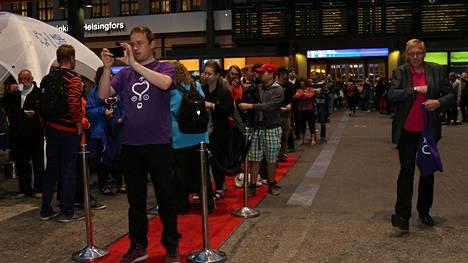Väkeä oli kertynyt aamulla jonoksi asti odottamaan ensimmäisen I-junan kyytiä ennen aamuneljää Helsingin päärautatieasemalle. Laiturille oli levitetty punainen matto ensimmäisiä matkustajia varten.