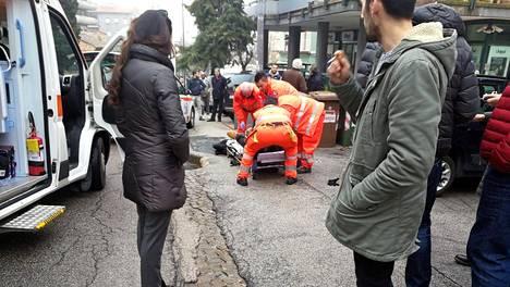 Ensihoitajat yhden uhrin apuna Maceratassa.