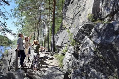 Helsinkiläisten Edith ja Emil Stenin perheellä on mökki Saimaalla. Risteily Astuvansalmelle kiinnosti lomalaisia kovasti.