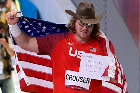 Ryan Crouser näytti kameroille hiljattain kuolleelle isoisälleen kirjoittamaansa viestiä voitettuaan olympiakultaa.