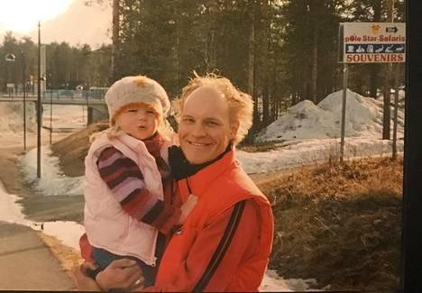 Mathilde kolmevuotiaana isänsä sylissä.