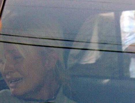 Paris itki poliisiautossa matkalla takaisin vankilaan.