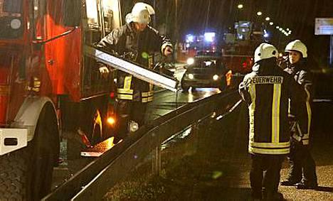 Pelastustyöntekijät eivät kyenneet tekemään mitään eilen iltapäivällä Germersheimissa junan alle jääneiden koulupoikien hyväksi.