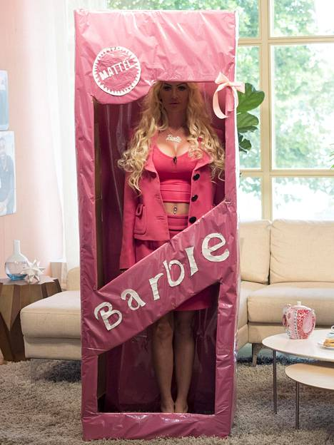 """Miles on niin innostunut Barbiesta, että on jopa hankkinut itselleen oman """"nukkepakkauksen""""."""