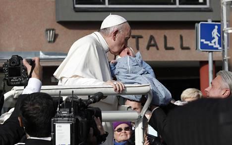 Paavi Franciscus suuteli otsalle neljän päivän ikäistä Telle Emilia Hoffmania.