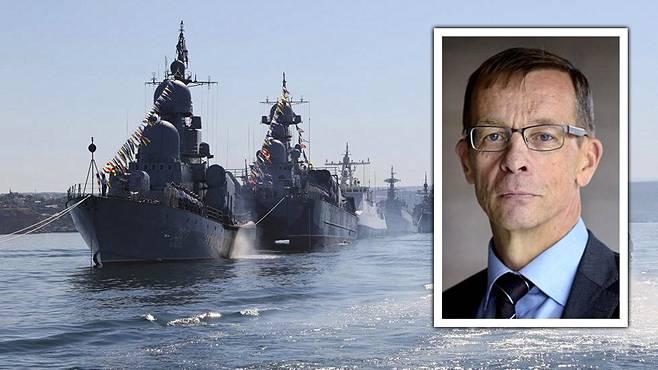 Venäläisiä sota-aluksia laivaston paraatissa Krimin Sevastopolissa heinäkuussa 2015. Kuvassa oikealla tutkija, reservin prikaatikenraali Juha Pyykönen.