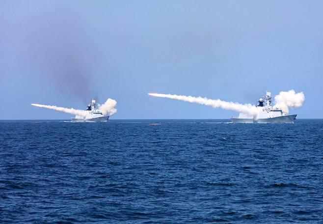 Kiinan laivaston sotalaivoista ammuttiin ohjuksia sotaharjoituksessa elokuussa 2017.