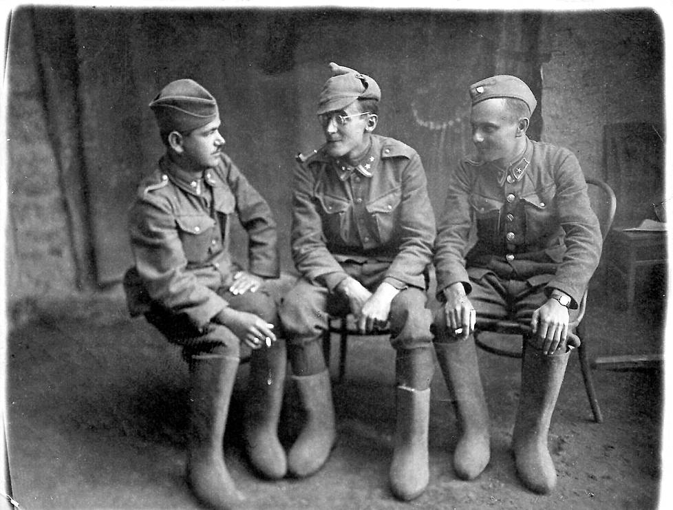 Lubomir Skrovina kuvan keskellä. Se on otettu vuonna 1941, jolloin slovakkisotilas Skrovina kuvasi itse Myropilin teloituksia.