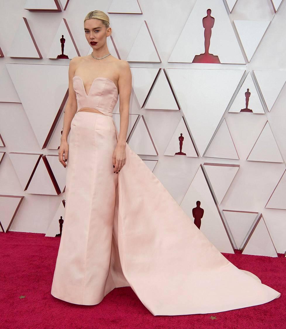 Näyttelijä Vanessa Kirby luotti Gucciin ja tämän hetken kuumimpaan trendiin: vatsan paljastavaan iltapukuun.