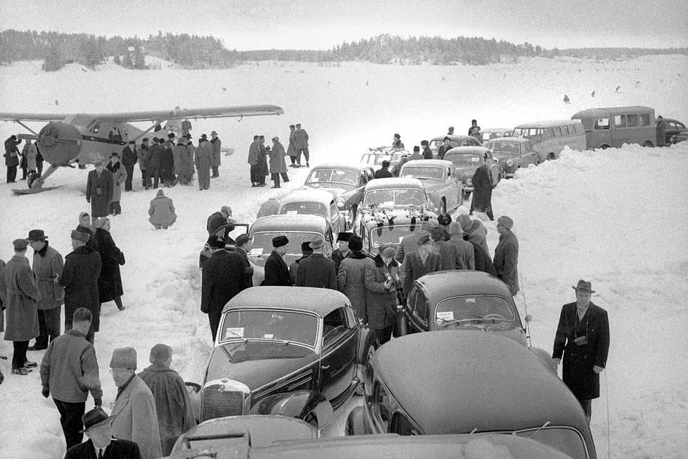 Lentokenttää esiteltiin medialle heti palautuksen jälkeen tammikuussa 1956.