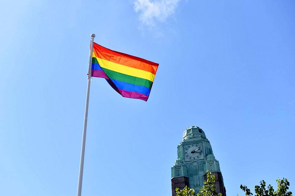 Monin paikoin ympäri kaupunkia ilmestyi sateenkaarilippuja Pride -viikon alussa. Kuva Rautatientorilta.