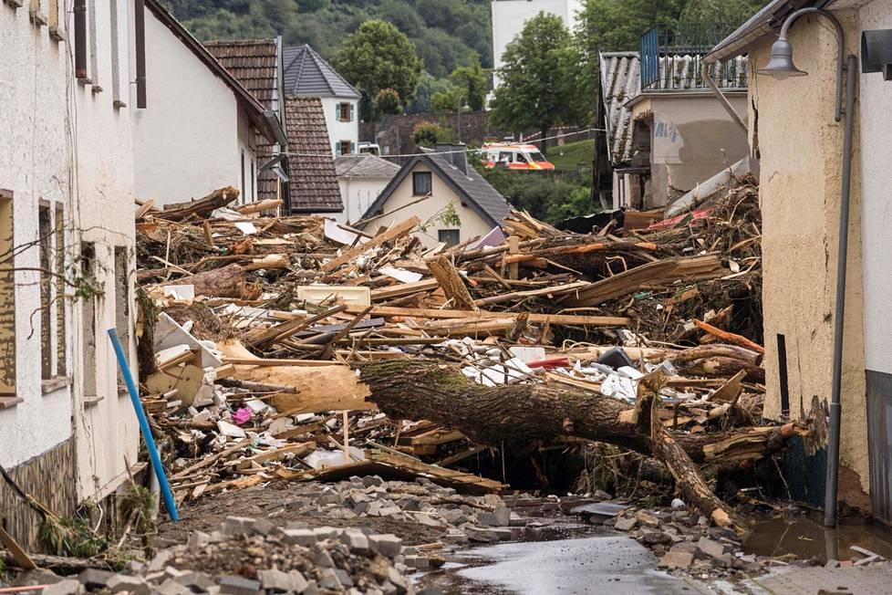Tulvavesi on romahduttanut useita taloja Saksan länsipuolella.