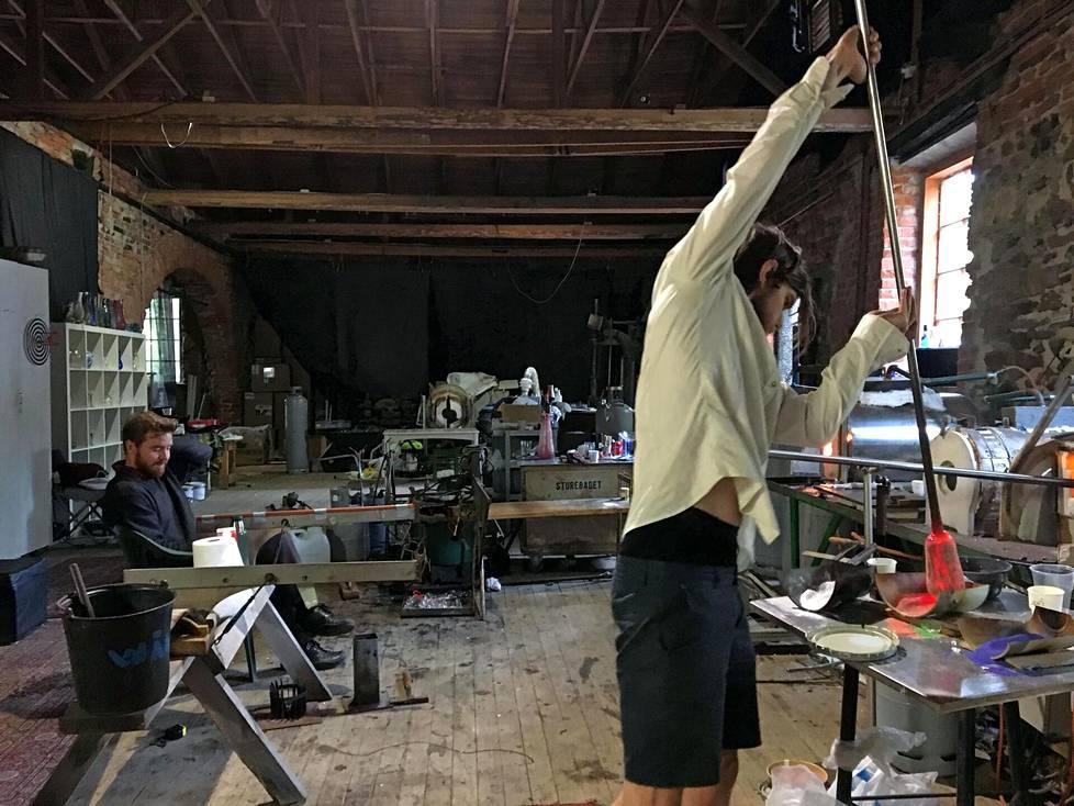 Glashyttanilla vanhassa valimossa voi seurata, kuinka Jonathan puhaltaa lasia. Liikkeet ovat välillä kuin akrobatiaa.