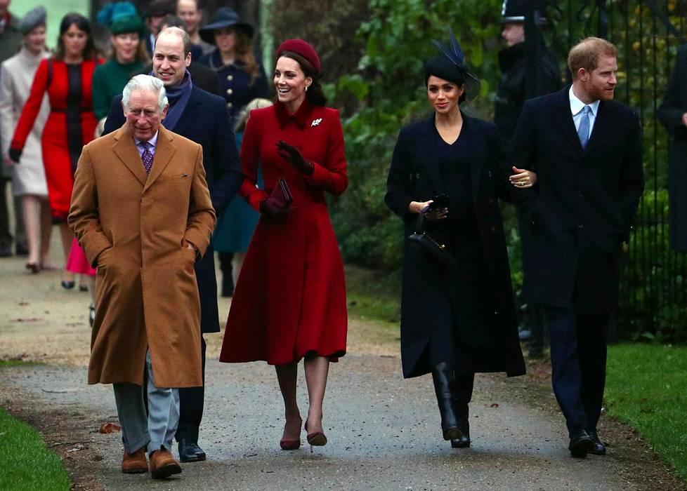 Prinssi Charles, prinssi William, herttuatar Catherine, herttuatar Meghan ja prinssi Harry matkalla joulukirkkoon viime vuonna.