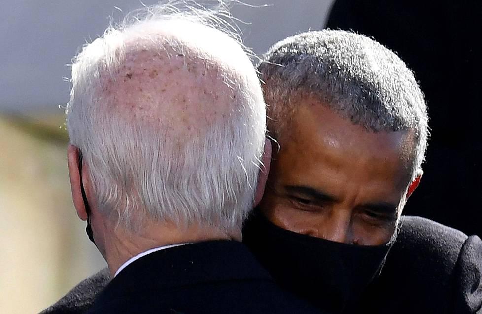 Entinen presidentti Barack Obama onnittelee varapresidenttiään, joka nyt nousi Valkoisen talon herraksi.