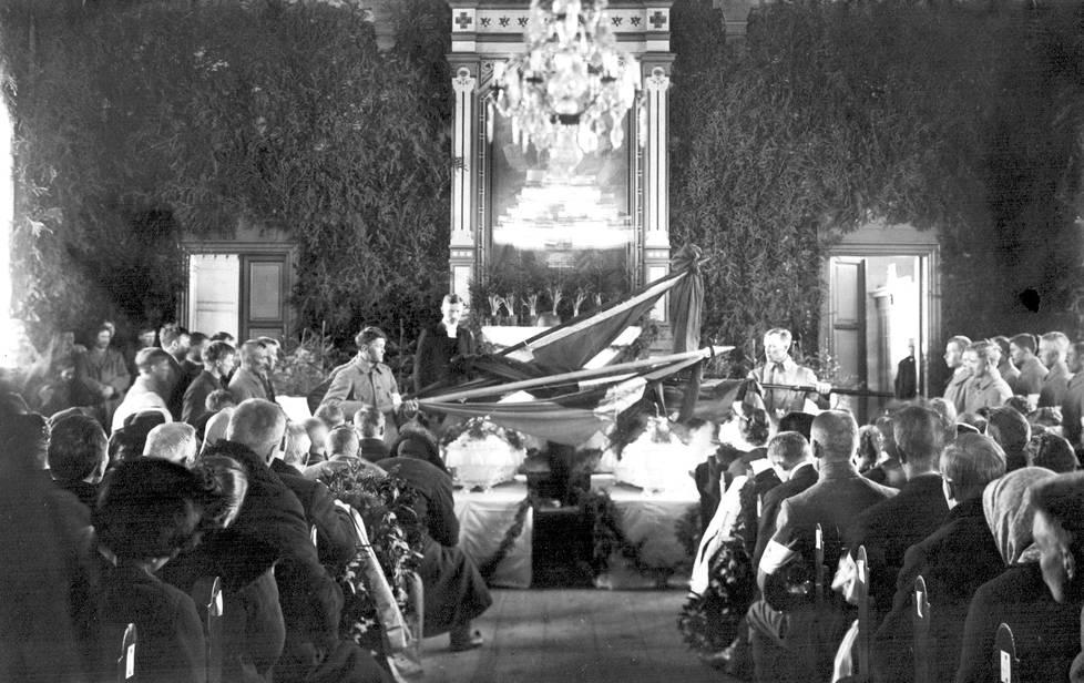 Suojeluskuntalaisten hautajaiset Iisalmen kirkossa 31. maaliskuuta 1918.