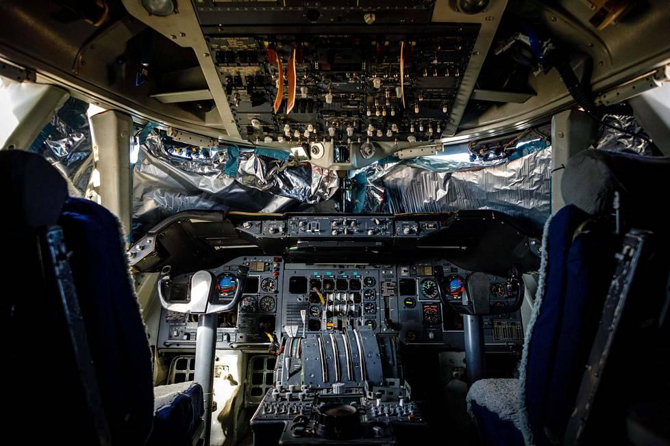 Hylätyn lentokoneen ohjaamo.