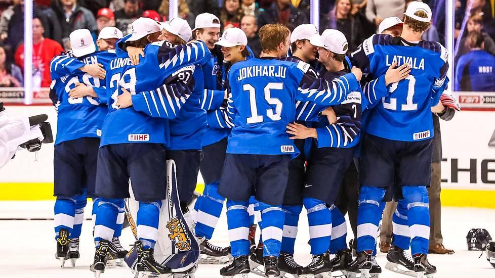 Suomen joukkue juhlii viime tammikuussa nuorten MM-kultaa.