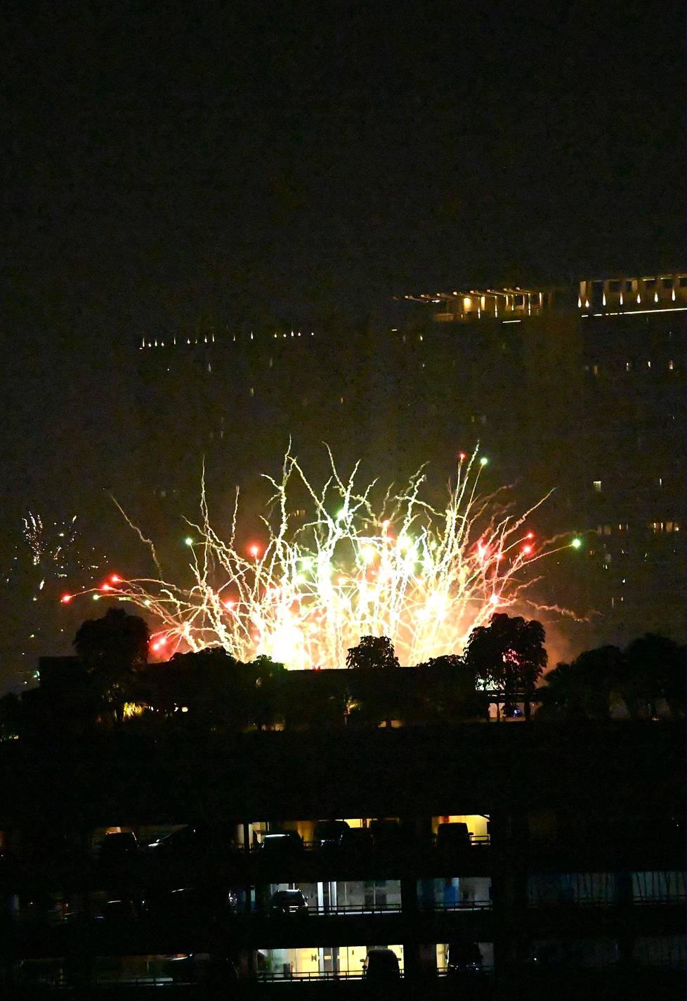 Tältä näytti vuoden vaihtuminen Jakartassa, Indonesiassa.