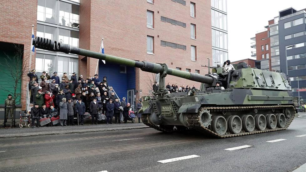 Panssarihaupitsi K9 Moukari kuuluu Puolustusvoimien tuoreisiin hankintoihin. Varusmieskoulutus on aloitettu sillä tänä vuonna.
