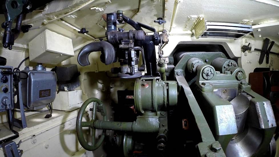 Rynnäkkötykin sisätilat ovat ahtaan käytännölliset. Vasemmalla taaimpana istuu vaunujohtaja, hänen jaloissaan ampuja ja tämän edessä kauimpana ajaja. Kuvassa keskellä 75-millimetrin tykin tähtäinlaitteet.