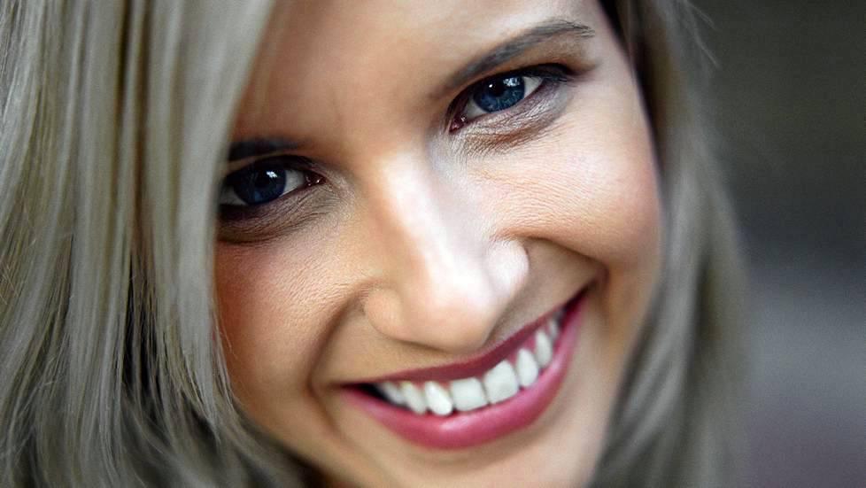 Tutkimusten mukaan hampaiden ulkonäön ehostaminen parantaa itsetuntoa ja minäkuvaa.