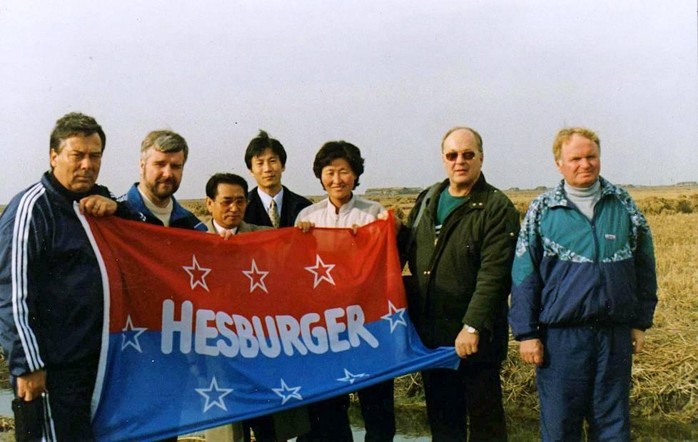 Ruoka-apua Pohjois-Koreaan! Lauri Jakkila ikuisti suomalaisvieraat ja isännät sponsoriposeeraukseen.