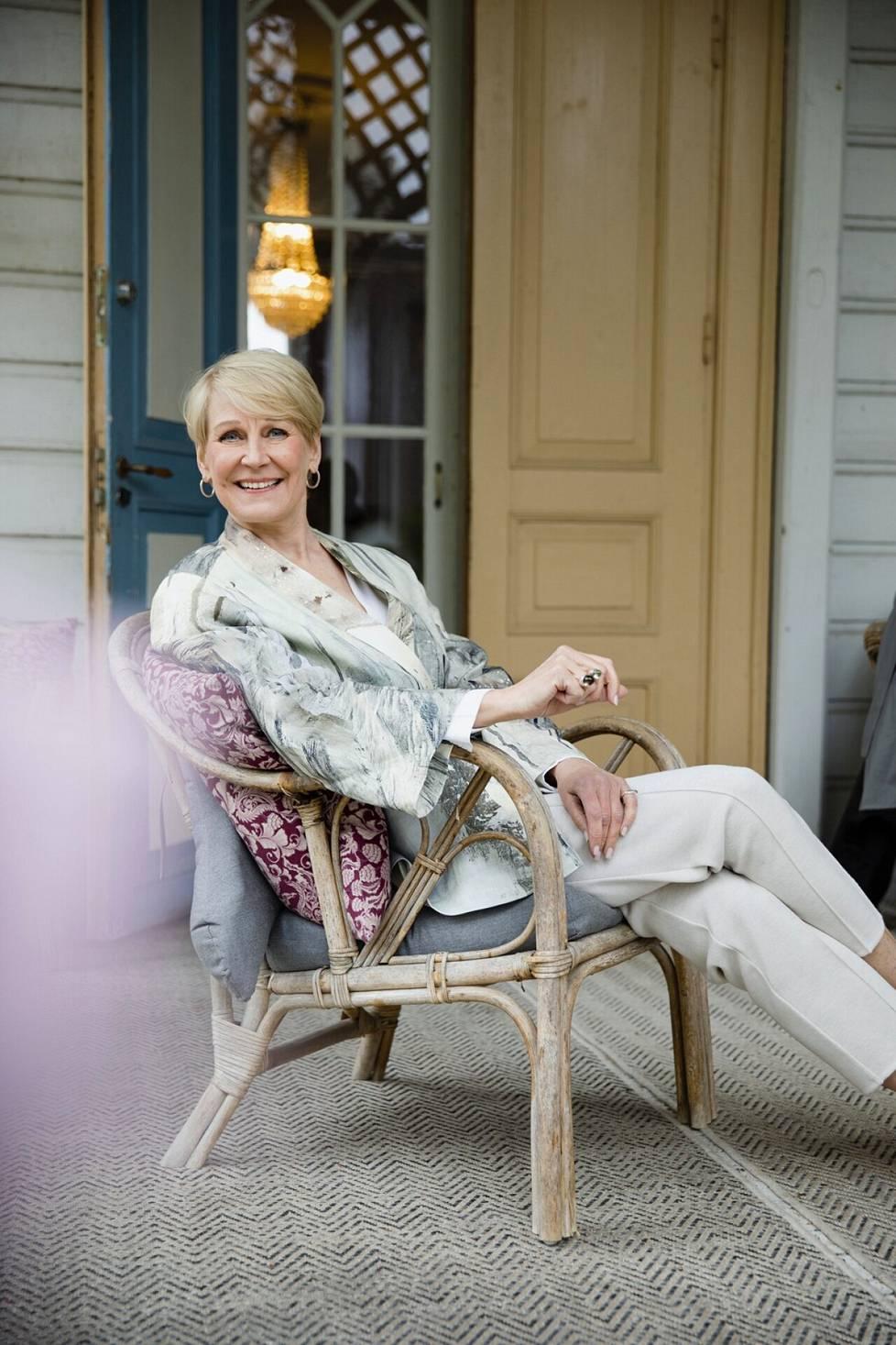 """""""Suhtaudun ikääntymiseen ihan positiivisella mielellä. No, välillä ottaa päähään katsoa peiliin, kun sibeliukset syvenevät"""", Leena Harkimo sanoo."""