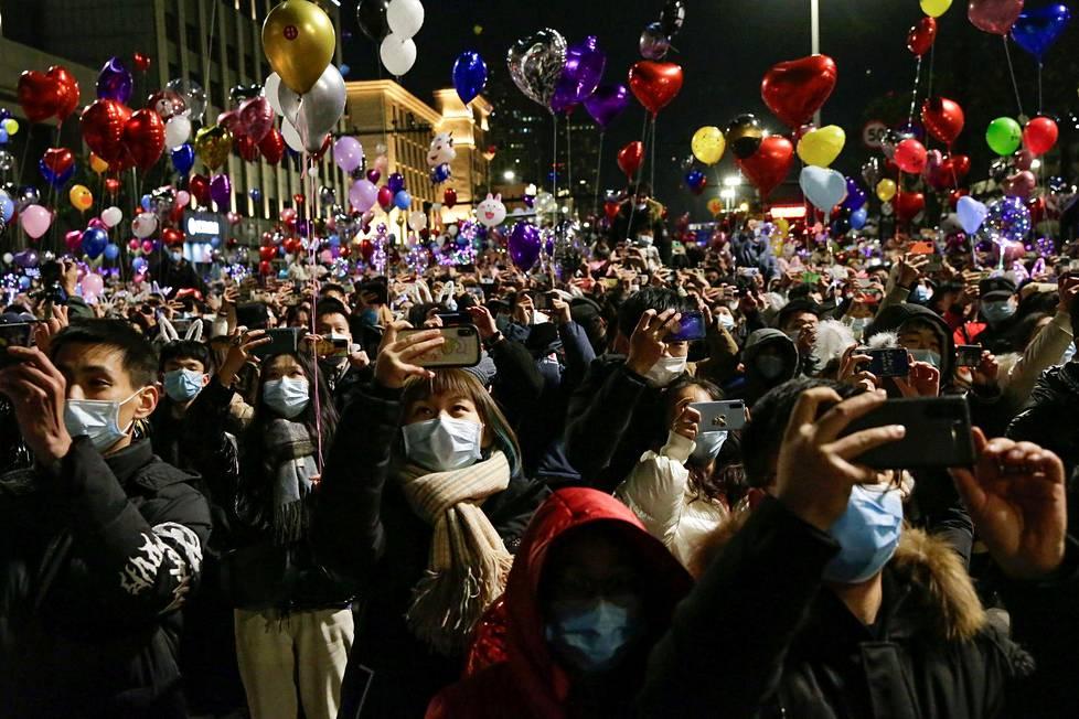 Näin juhlittiin koronaviruksen lähtöpaikkana pidetyssä Wuhanissa, Kiinassa.