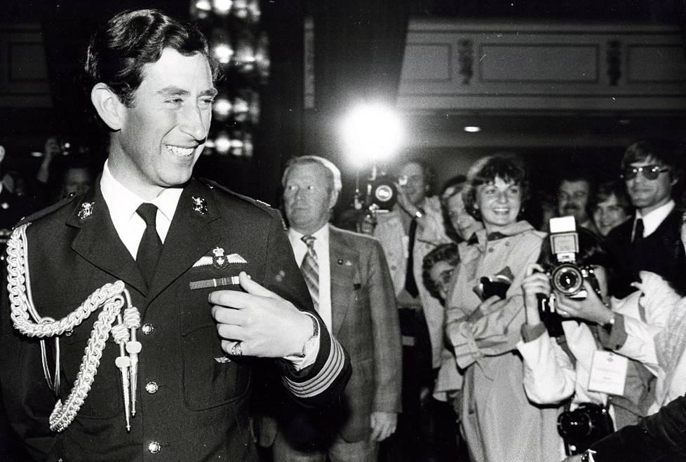 Prinssi Charles oli aikansa tavoitelluimpia poikamiehiä. Huolettomat sinkkuvuodet jäivät kuitenkin taaksepäin, kun prinssi avioitui lady Diana Spencerin kanssa 1981.