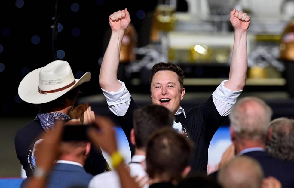 Elon Musk juhli veljensä Kimbalin kanssa SpaceX Falcon 9 -raketin laukaisua Floridassa viime toukokuussa.