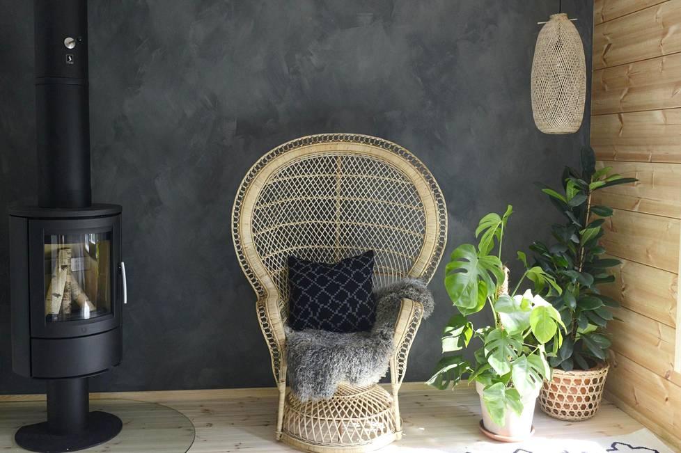 Rottinkikalusteet palvelevat niin sisä- kuin ulkotiloissakin. Parolan rottingin Peacock-tuoli on näyttävä valinta kotiin kuin kotiin. (kohde: Honka Ink)