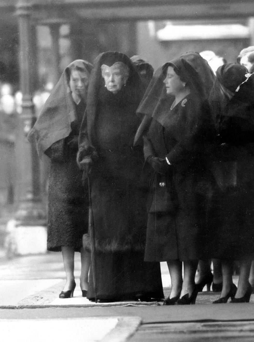 Tuleva kuningatar Elisabet II tukee isänsä hautajaisissa äitiään kuningatar Elisabetia ja isoäitiään kuningatar Maryä.