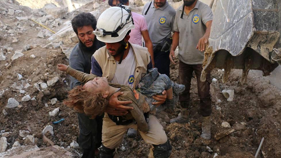 Lasten kärsimyksestä kertoo rujolla tavalla AFP:n Ameel al-Halbin 4. lokakuuta ottama uutiskuva. Pieni lapsi nostettiin raunioista ilmaiskun jälkeen Karm Homadin naapurustossa.