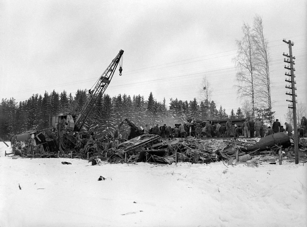 """Ukko-Pekka-veturi halkaisi vastaantulleen moottorijunan vetovaunun ja sitä seuraavan toisen vaunun täysin. Silminnäkijäkuvauksen mukaan vaunut hajosivat """"kuin pärekorit""""."""