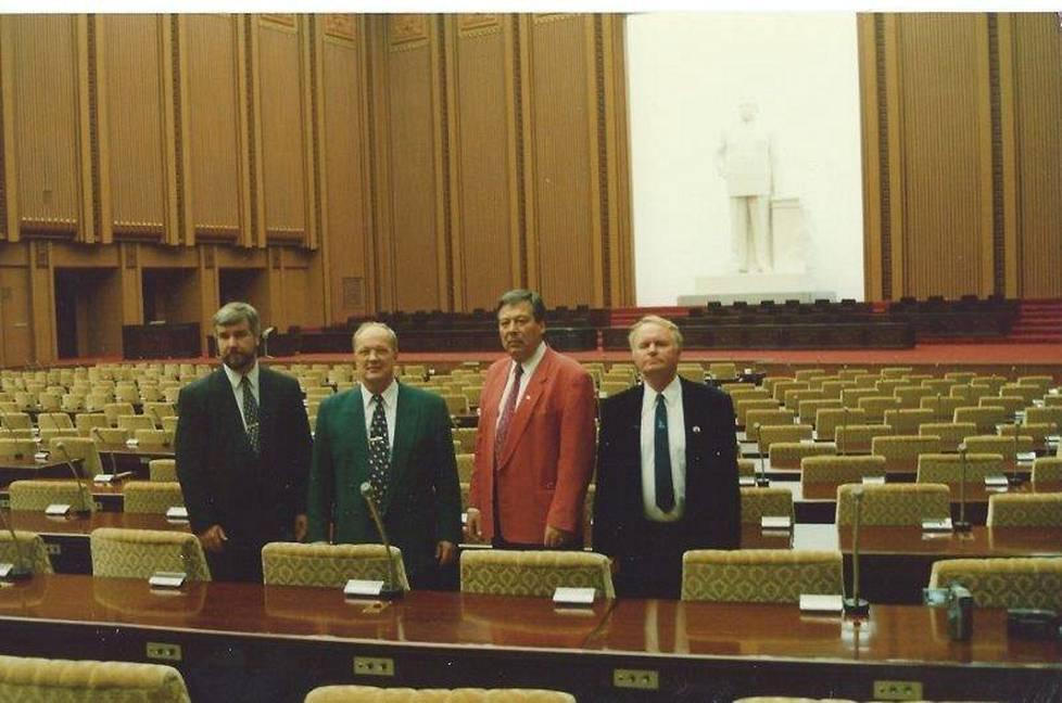 Kansanedustajakolmikko Kankaanniemi, Saapunki ja Leppänen tutustumassa Jakkilan johdolla Pohjois-Korean parlamenttiin.