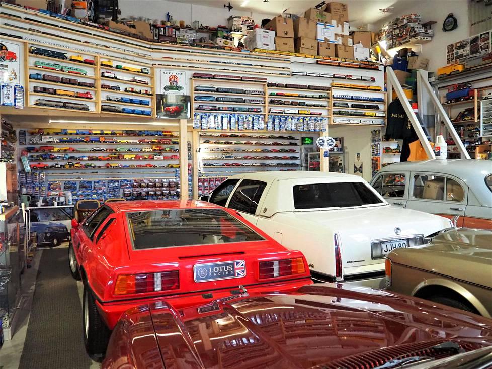 Sadan neliön tallista suurin osa on varattu viidelle oikealle harrasteautolle ja käyttöautona toimivalle vuosimallin 1989 Mercedez-Benzille.