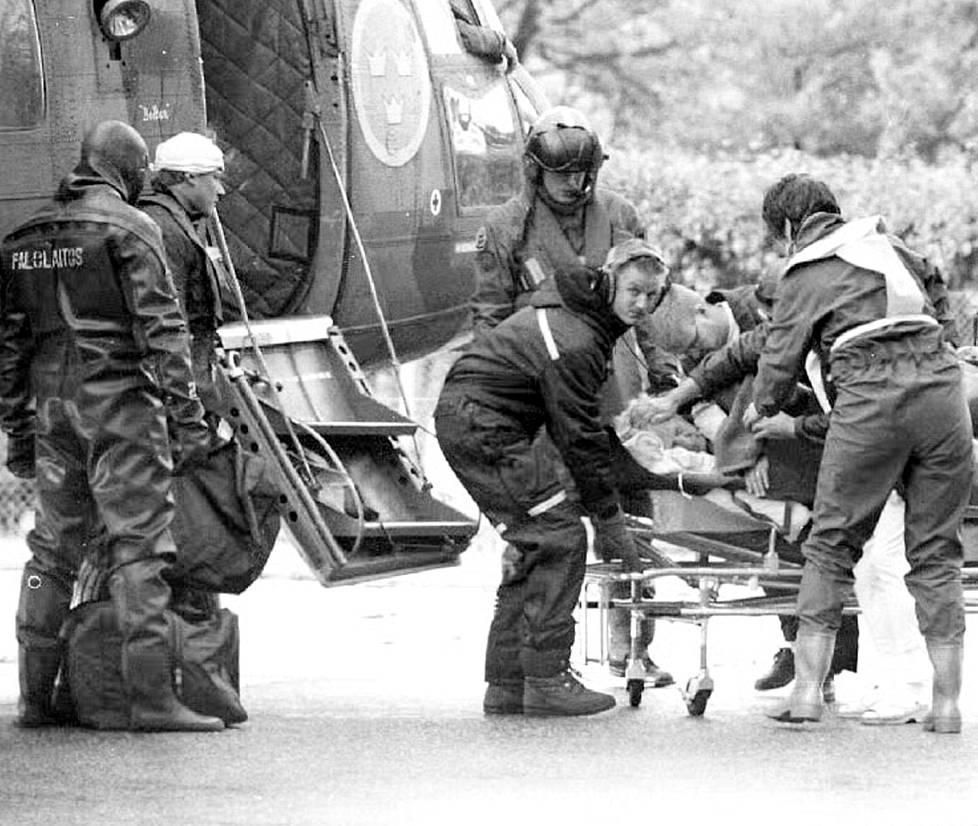 Ensimmäinen pelastettu tuotiin Turkuun ruotsalaisella helikopterilla.