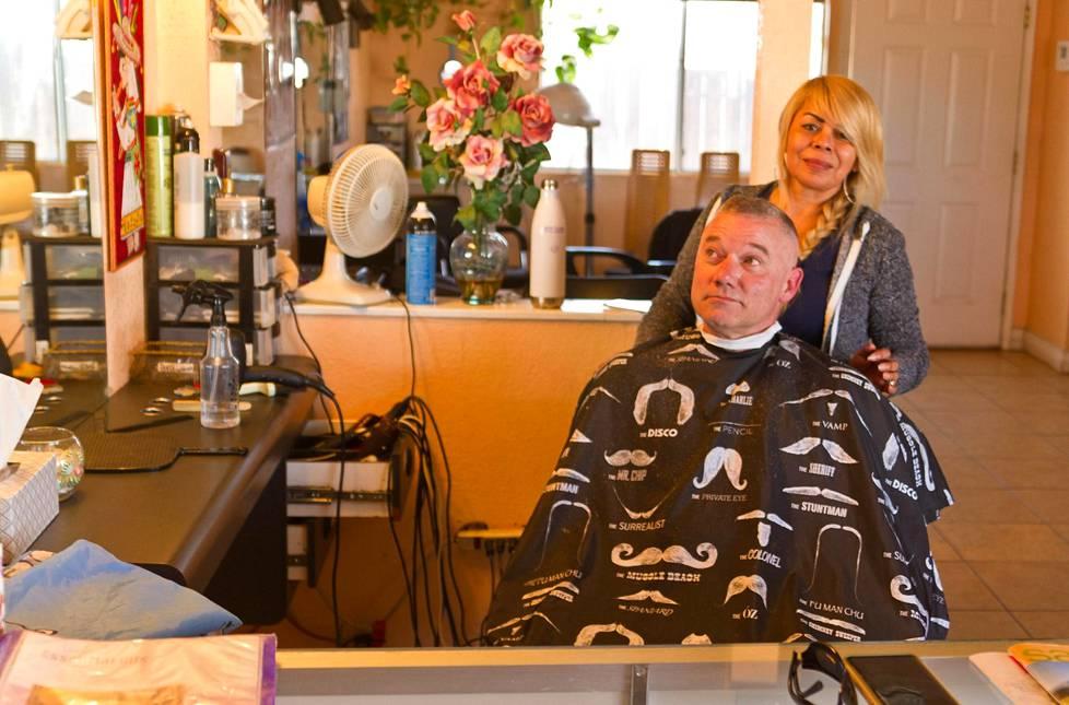 Parturi Ana Piedra leikkaa Tommy Carterin hiuksia. He eivät tienneet kotipaikkakunnalleen varastoiduista autoista.