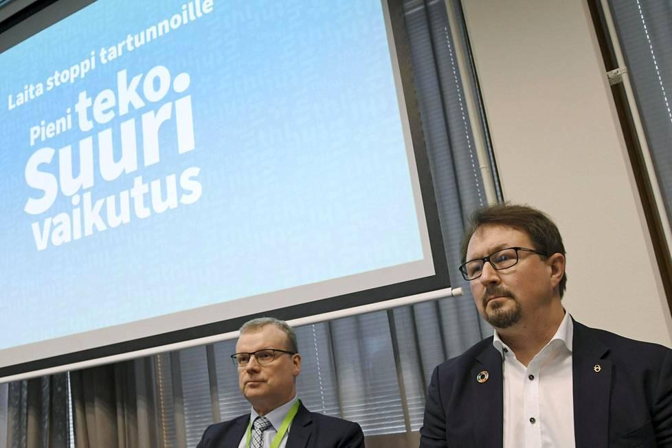 THL:n pääjohtaja Markku Tervahauta ja terveysturvallisuusjohtaja Mika Salminen tiedotustilaisuudessa 13. maaliskuuta. IS:n haastattelemat lähteet eivät kohdista kritiikkiä niinkään yksittäisiin henkilöihin vaan THL:ään kokonaisuutena.