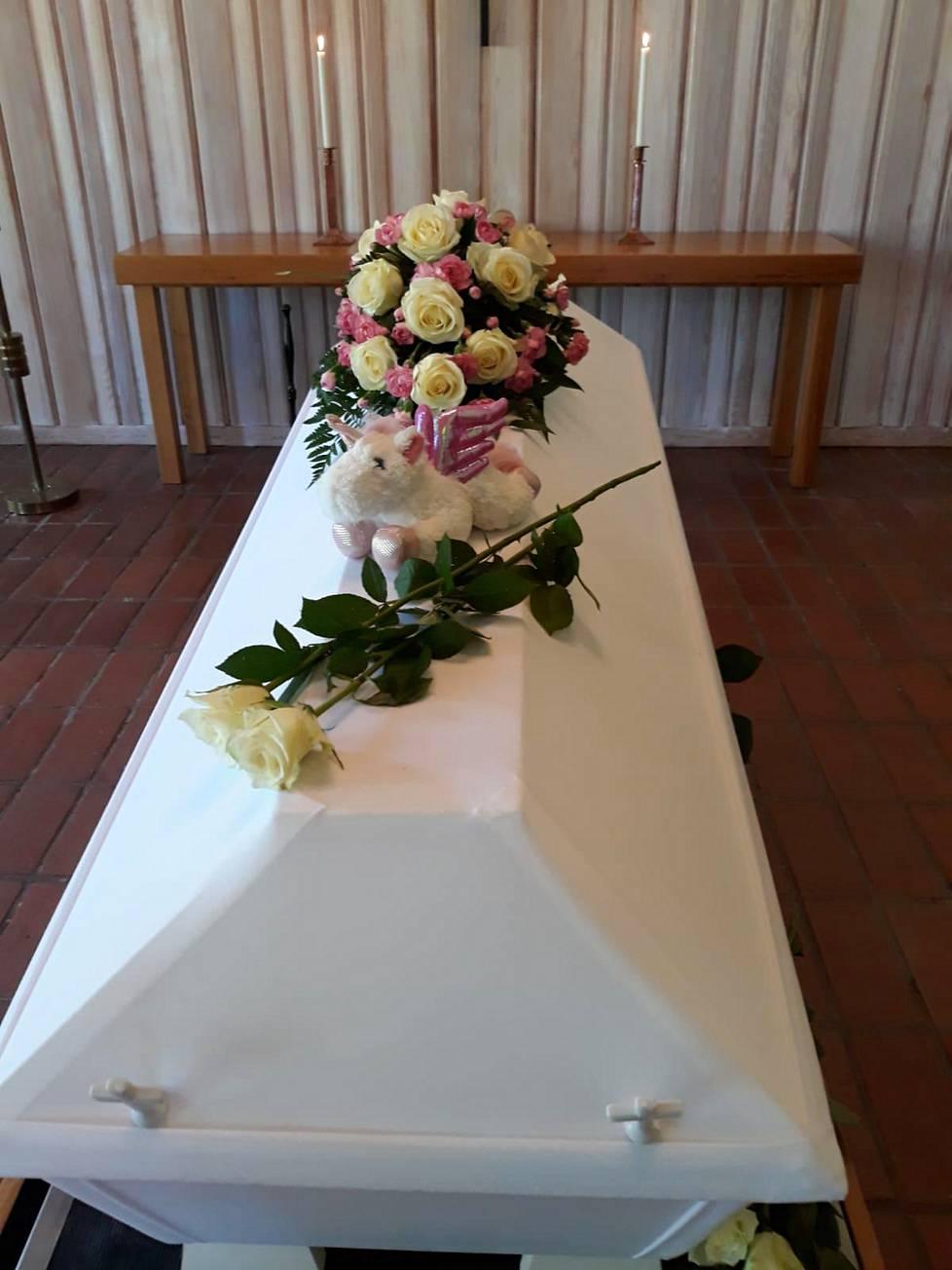 Arkun päällä on Jasminin lapsuuden lempilelu, yksisarvinen. Äiti antoi jokaiselle Jasminin ystävälle muistoksi korun Jasminin korurasiasta.