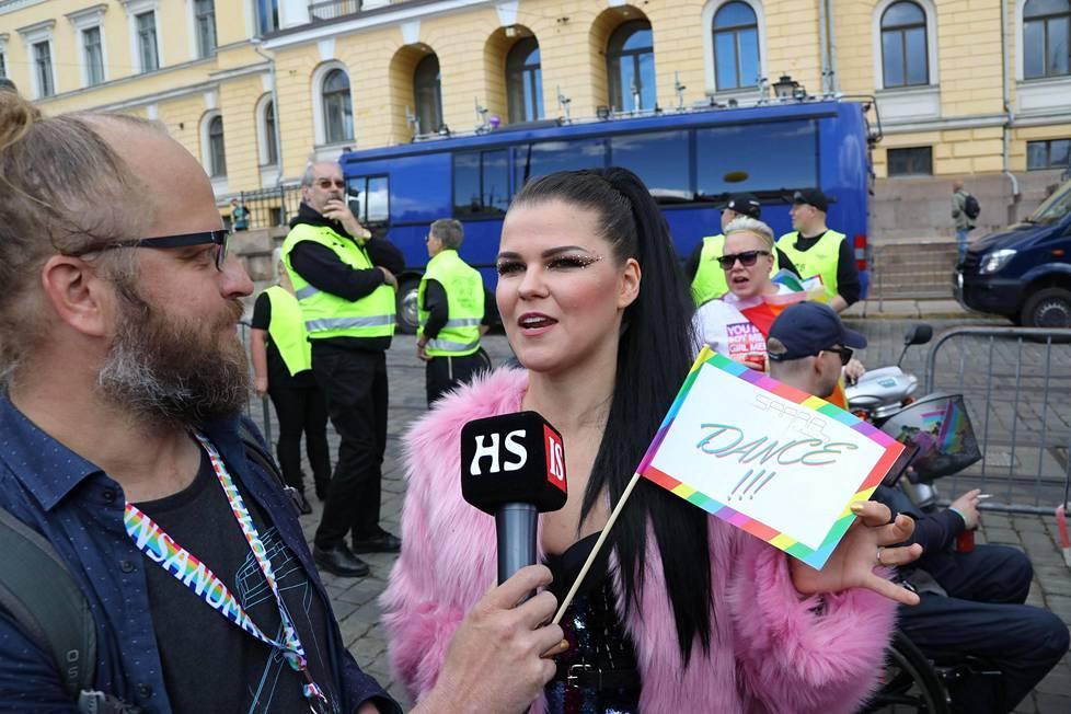 Toimittaja Vesa Mäkinen jututti kulkueeseen nimeään kantavalla rekalla osallistunutta Saara Aaltoa.